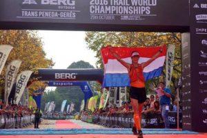 Ragna Debats entrando en la meta en el Trail World Championships de 2016, en Portugal