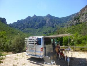Estilo de vida en la naturaleza, viajando con su furgoneta, entrenando y compitiendo